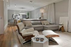 Sala integrada com jantar, piso de madeira com parede cinza e teto branco. Mobiliario moderno com marcenaria laqueada