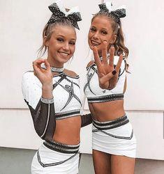 Cheerleading Pics, Cute Cheerleaders, Cheerleading Uniforms, Cheer Extreme, Cheer Poses, Football Themes, Cheer Outfits, Bff, Bestfriends