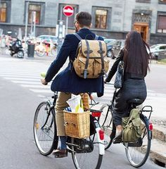 Mr. Guittini on his very chic way home from work. I have to get bags like that for my @linusbike