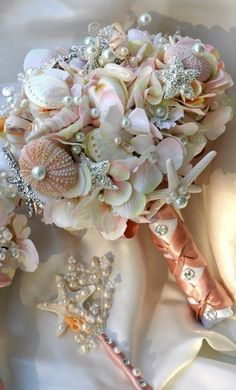 Bouquet de fleurs en coquillages pour un mariage à la plage