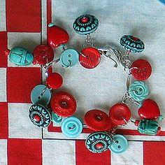 button bracelet. i kind of like this red & aqua look. cute bracelet
