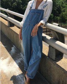 739828bf525 Un look Vintage avec cette salopette en jean que l on porte simplement avec  une
