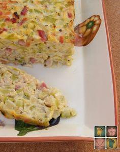 pastel de calabacín / 1 kg. de calabacín.  2 cebolla medianas.  150 gr. de bacon.  100 gr. de jamón york.  50 gr. de queso rallado.  1 cucharadita de hierbas provenzales.  4 huevos.  4 cucharadas de aceite