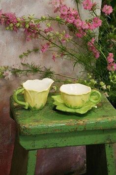 Obsession Cottage Living, Cottage Style, Cozy Cottage, Shades Of Green, Pink And Green, Pretty Green, Lush Green, Olive Green, Dresser La Table