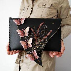 Сумка с голубыми бабочками de cuero de bricolaje Butterfly Bags, Butterfly Fashion, Morpho Butterfly, Pink Butterfly, Leather Bag Design, Leather Bag Pattern, Leather Clutch, Leather Tooling, Leather Jewelry