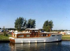 Shaft of Light is a 6-berth, purpose built Norfolk Broads cruiser, built of solid mahogany in 1974, and weighs 11 tons.