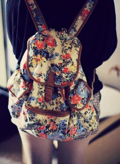 Floral backpack- looks like mine! Fashion Bags, Fashion Backpack, Floral Fashion, Diy Fashion, Mini Mochila, Floral Backpack, Small Backpack, Look Boho, Cute Backpacks