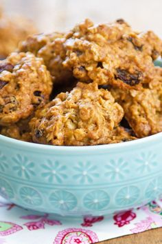 Weight Watchers Oatmeal Raisin Cookies Recipe with Rolled Oats, Cinnamon, Brown Sugar, and Vanilla Extract - 2 WW Points recipes recipes recipes Weight Watcher Desserts, Weight Watcher Cookies, Weight Watchers Meals, Weight Watchers Oatmeal Cookie Recipe, Ww Desserts, Dessert Recipes, Raisin Sec, Banana Oatmeal Cookies, Vegan Recipes