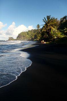 Beaucoup de plages sur l'île de Tahiti sont faites de sable noir (île volcanique) Les enfants aiment s'y rouler après le bain.....