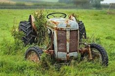 Abandoned Cars, Abandoned Places, Big Tractors, Tractor Seats, Outdoor Furniture Sets, Outdoor Decor, Old Farm, Antique Cars, Creepy