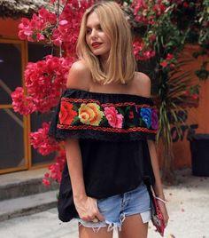 Blusa preta com decote ombro a ombro com estampa floral                                                                                                                                                                                 Mais