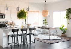 Such a gorgeous mid-century modern, slightly bohemian, fresh and eclectic dining room makeover from Vintage Revivals! Home Upgrades, Sharpie Wall, Gold Sharpie, Decoracion Vintage Chic, Sweet Home, Diy Home Decor, Room Decor, Parker House, Diy Casa