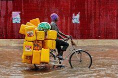 Una strada allagata a causa delle forti piogge a Dar es Salaam, in Tanzania. - (Daniel Hayduk, Afp)