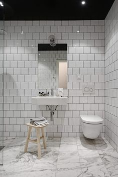 If I wouldn't know that this beautiful place was based in Sweden, I would have thought it was a New York loft. The rough industrial elements like the black glass walls, the exposed brick walls and the grey steel beams are softened … Continue reading → Bathroom Grey, Bathroom Layout, Master Bathroom, Master Baths, Bad Inspiration, Bathroom Inspiration, Minimalist Small Bathrooms, Loft Estilo Industrial, Walk In Shower Designs