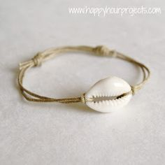 Sliding Knot Bracelet Simple twine and shell adjustable bracelet with sliding knots. Beachy Bracelets, Simple Bracelets, Ankle Bracelets, Jewelry Bracelets, Jewellery, Beaded Necklaces, Diamond Bracelets, Bracelet Fil, Bracelet Knots