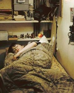 2001 - Daniel Radcliffe as Harry Potter. This is Harry in his cupboard under the stairs. Harry James Potter, Harry Potter World, Arte Do Harry Potter, Harry Potter Films, Harry Potter Universal, Harry Harry, Harry Potter Houses, Daniel Radcliffe, Voldemort