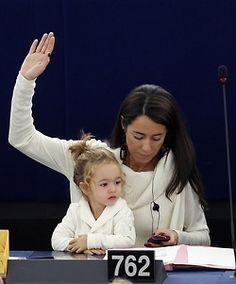 Licia Ronzulli , membre du Parlement Européen , emmène sa fille aux sessions du parlement depuis maintenant deux ans !