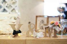 ウェディングレポ✵ ウェルカムスペースのイニシャルオブジェ!asokoで購入したイニシャルは1つ200円くらい。新郎リボンは家にあったやつ。新婦花冠とパールネックレスは昔友達の結婚式でおすそ分けしてもらったパールシャワー!私的サムシングオールド。かなり無理矢理だけれど😅 #イニシャルオブジェ #ちーむ0417 #team0417 #花嫁diy #ウェルカムスペース