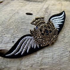 Military Black Wings Badge Custom Jewelry with safety pin black wing with golden crown for clothing decoration