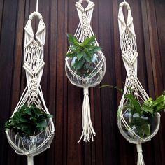 suportes para suspender vasos de plantas feitos em macramê natural
