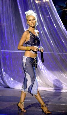 Christina Aguilera performs during the Annual BET Awards June 2001 at the Paris Hotel and Casino in Las Vegas, Nevada. Christina Aguilera Costume, Christina Aguilera Dirrty, Christina Aguilera Burlesque, Christina Aguilera Stripped, Burlesque Hair, Burlesque Outfit, Burlesque Costumes, Early 2000s Fashion, 90s Fashion