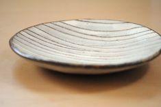 岩崎晴彦「粉引線文丸小皿」、横から見たところ。