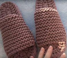 Papuci de cameră extraordinari cu talpă dublă din fire de croșetat! - Pentru Ea Knitted Slippers, Merino Wool Blanket, Fingerless Gloves, Arm Warmers, Sewing Patterns, Creations, Knitting, Handmade, Accessories