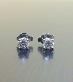 18K White Gold Diamond Earrings - 18K Gold Diamond Stud Earrings - Diamond Studs - White Gold Earrings - Handmade Earrings - Bridal Jewelry di DeKaraDesigns su Etsy https://www.etsy.com/it/listing/197949356/18k-white-gold-diamond-earrings-18k-gold