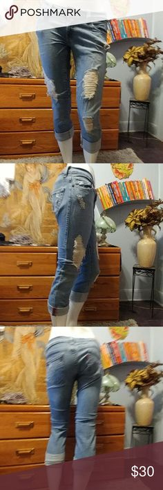 Levi's Distressed 504 Tilted Crop Jeans Croped.  504 Levis 98% Cotton 2%Spandex   Juniors size 3 Great condition.  1 tiny spot  See pics Levi's Pants Ankle & Cropped