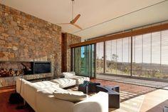 Wohnzimmer mit Steinwand – diese Design Idee bringt Natürlichkeit in den Raum