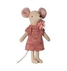 Dit mooie Maileg muisje draagt een prachtige roze jurk. Ze wil graag met je spelen en in een mooi poppenhuis wonen. Wij verkopen nog meer Maileg muisjes en hazen en knuffelbeesten.