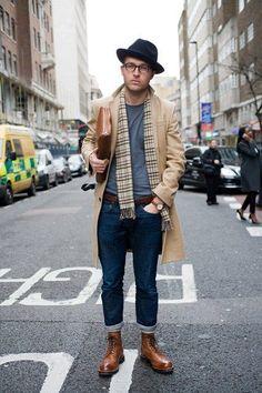 Porter l'écharpe de façon décontractée comme ici permet d'ajouter de la verticalité à la tenue. C'est le genre de petit twist sympa que vous pouvez utiliser si vous souhaitez rééquilibrer vos proportions et allonger votre silhouette (en particulier quand on est petit ou plutôt costaud). A noter : le chapeau qui attire le regard vers le visage avec une couleur plus sombre que l'ensemble. #modehomme #streetstyle #inspiration #workwear #manteau #combatboots #chapeau