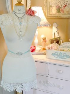 I've seen lots of dress forms in shabby chic design but this one with lace trim added is just wonderful. Shabby Chic Mode, Shabby Chic Bedrooms, Shabby Chic Style, Shabby Chic Decor, Romantic Bedrooms, Shaby Chic, Vintage Bedroom Styles, Style Vintage, Vintage Fashion