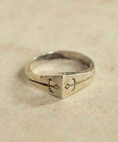 The Two of Swords promises openness and compassion between two people. It encourages its bearer to use honesty and trust at all times. The perfect ring for lovers.