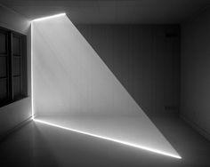 Artista visual Canadiense, cuyo trabajo hace de las formas algo casi tangible. [[MORE]] Mediante de la refracción solar de rayos simplificados a través paredes perforadas, y con la ayuda de la niebla...