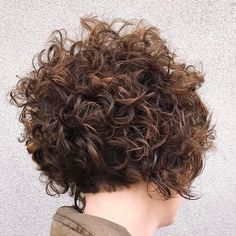 Are you breaking your head over how to style your short curly hair? We gathered the best examples of short curly hairstyles, recommended by stylists for wavy hair textures. Short Curls, Short Wavy Hair, Messy Curls, Messy Bob, Tight Curls, Curly Pixie, Thick Hair, Haircuts For Curly Hair, Curled Hairstyles