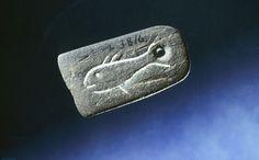 Hengesmykke av skifer med fiskemotiv, steinalder - Slate pendant with fish motive, Stone Age.