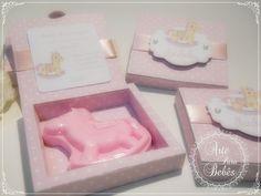 Lembranças de maternidade feitas com muito capricho e carinho!  Vem ver mais aqui:  www.arteparabebes.com.br