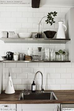 vas,kökshyllor,rostfritt,vitt kakel,porslin,glas,termos,eva solo,vattenkanna,höganäs porslin,diskbänk,kök,diy,do-it-yourself