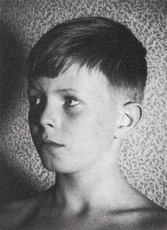 David Robert Jones, aliás, David Bowie, fotografado em 1957, aos 10. Veja mais em: http://semioticas1.blogspot.com.br/2013/03/bowie-no-museu.html