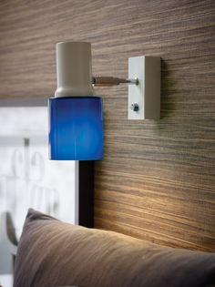 Hyvän valon antava seinävalaisin Orbit. Valaisimessa laadukas sininen lasikupu, joka suuntaa enemmän valoa kohdistettavaan paikkaan, mutta antaa myös kauniisti valoa lasin läpi.