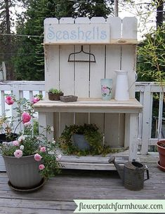 If you're tired of starting seeds on the kitchen counter, use these free, DIY potting bench plans to build your own outdoor potting station! Potting Bench Plans, Potting Tables, Potting Sheds, Outdoor Projects, Garden Projects, Potting Station, Summer Mantel, Garden Structures, Garden Furniture
