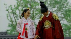 Kim Tae Hee (in Gorgeous modern white Hee-Bin #Hanbok) and Yoo Ah-in <3 Live in Love, Jang Ok-jeong (장옥정) #KDrama about a famous Korean Queen / Concubine 2013 #CostumeDrama
