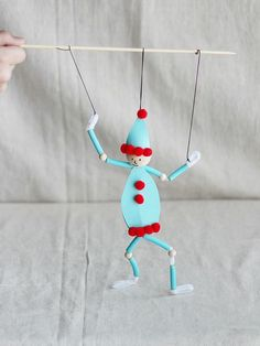 Make a dancing elf puppet using pasta noodles - perfect for a Christmas holiday puppet show! Make a dancing elf puppet using pasta noodles - perfect for a holiday puppet show! Kids Crafts, Winter Crafts For Kids, Diy For Kids, Diy And Crafts, Craft Kids, Holiday Crafts, Christmas Crafts, Christmas Holiday, Christmas Ideas
