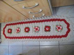 Tapete de crochê, feito com barbante crú, vermelho e verde. Faço jogos de cozinha a partir desse modelo e em outras cores, sob encomenda. R$ 70,00