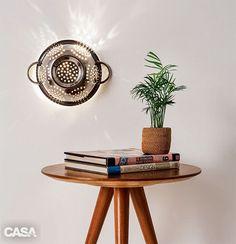 O escorredor de macarrão migrou da cozinha para a sala e, transformado numa luminária original e fácil de fazer, garante um molho irreverente ao décor