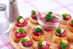 Malé tataráčky milují hlavně muži; Greta Blumajerová Bruschetta, Catering, Cheesecake, Mexican, Ethnic Recipes, Desserts, Kitchens, Tailgate Desserts, Deserts
