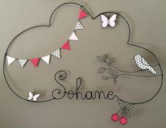 Réalisation d'un prénom en fil d'aluminium avec un oiseau, des papillons et des cerises très originale pour décorer la chambre de votre enfant dimensions : largeur 51 X haute - 16196658