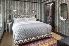 The interior design style of the San Francisco Proper hotel guestrooms features a mix of vintage and contemporary furnishings, custom patterened wallcoverings inspired by vintage European graphics, and commissioned geometric art pieces by local artists Joe Ferriso and Jonathan Anzalone. Tap the pin for more hotel room design ideas. Boutique Hotels San Francisco, Kelly Wearstler, Celebrity Houses, Boutique Design, Bed Styling, Apartment Design, Elle Decor, Modern Bedroom, Architecture
