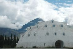 In Cantwell, Alaska you can stop and see this strange construction, a now abandoned 4 story igloo shaped hotel.